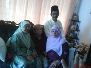 atam, tok alang, mak dan ayah posing