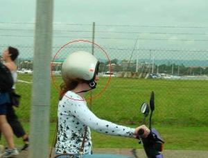 i'm just not sure...girl ni tau tak dia salah pakai helmet?